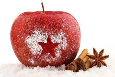 Foto de decorated red apple and spices in the snow - Imagen libre de derechos