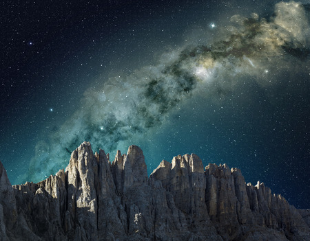 Photo pour milky way in the sky above the mountain ridge - image libre de droit
