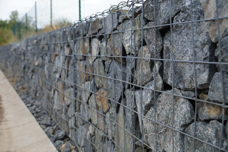 Photo pour Close-up of a retaining wall made of stones. A wall called a gabion. - image libre de droit
