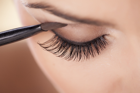 Foto de Woman applying eyeshadow - Imagen libre de derechos