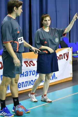Photo pour Orenburg, Russia - February12, 2018 year: boys play in handball International handball tournament in memory of the first Governor of Orenburg province Ivan Ivanovich Neplueva - image libre de droit
