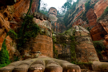 Foto de View of the Buddha statue in Leshan, China. Leshan Buddha is the world's largest statue of Buddha, whose height is 71 meters. - Imagen libre de derechos
