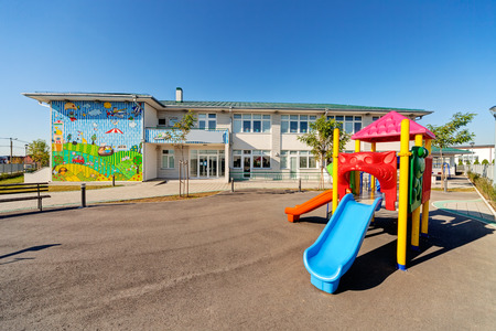 Foto de Preschool building exterior with playground on a sunny day - Imagen libre de derechos
