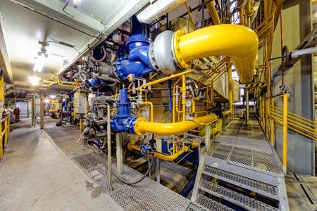 Foto de chemical industry plant with pipes and valves. - Imagen libre de derechos