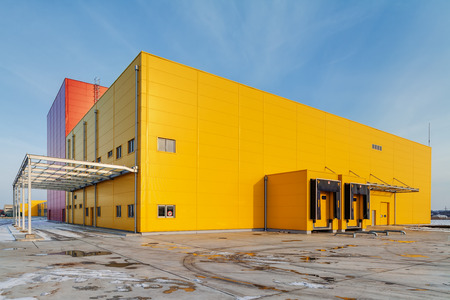 Foto de Industrial hall with aluminum facade and panels - Imagen libre de derechos