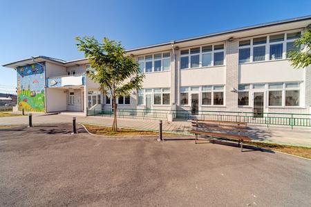 Foto de Preschool building exterior with playground on a sunny day - Imagen libre de derechos