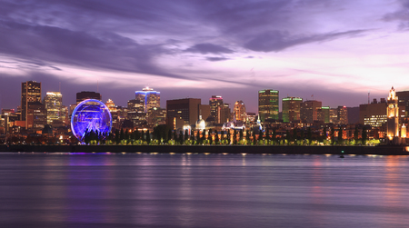 Foto per Montreal skyline and Lawrence River illuminated at dusk, Quebec, Canada - Immagine Royalty Free