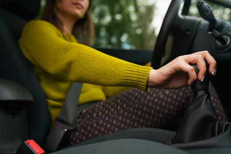 Foto de Woman driving car and shifting gears on gearbox - Imagen libre de derechos