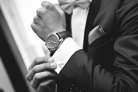 Photo pour Man with suit and watch on hand - image libre de droit
