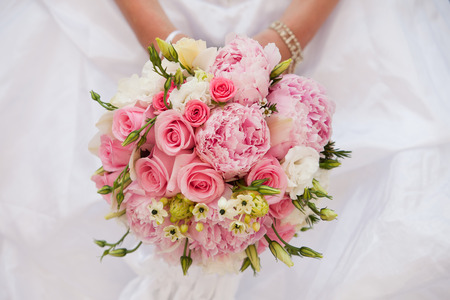 Photo pour Bride with bouquet, closeup - image libre de droit