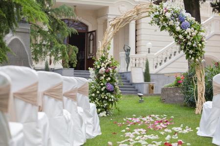 Photo pour Beautiful wedding gazebo with flower arrangements decorating - image libre de droit
