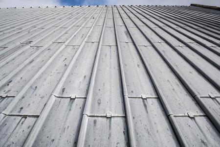 Photo pour Heavy duty sheet metal roof with the horizon line visible at the top - image libre de droit