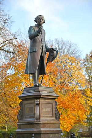 Photo pour Monument to Immanuel Kant in autumn. Kaliningrad - image libre de droit