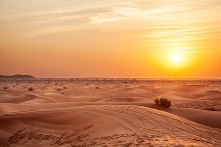 Photo pour Sundown in desert. - image libre de droit