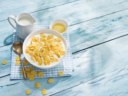 Photo pour Cornflakes cereal and milk - image libre de droit
