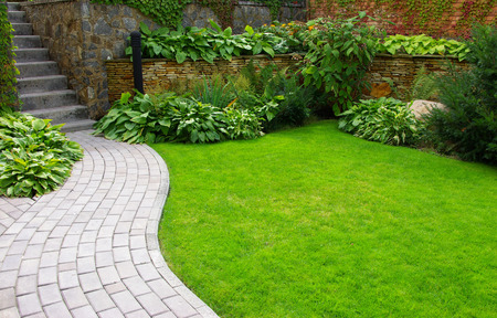 Foto de Garden stone path with grass growing up between the stones - Imagen libre de derechos