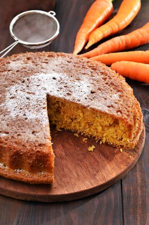 Photo pour Carrot pie and fresh carrot on wooden table - image libre de droit