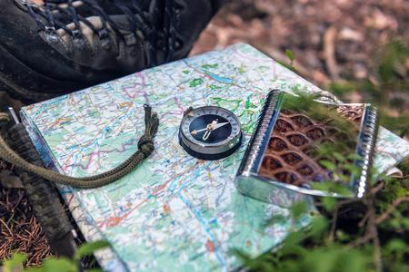 Foto de tourist compass and flask on the map - Imagen libre de derechos