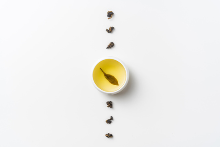 Foto per Asia culture and design concept - fresh taiwan oolong tea and cup - Immagine Royalty Free
