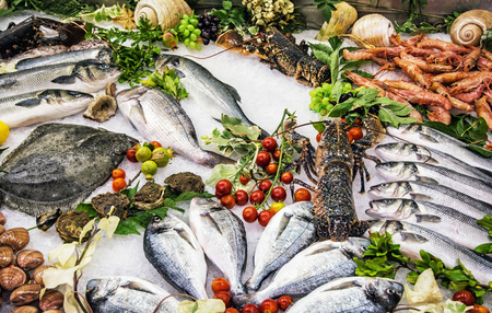 Foto de Fresh raw seafoods on counter in restaurant. Food theme. Mediterranean specialties. - Imagen libre de derechos
