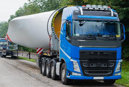 Photo pour Wind energy, heavy transport of rotor blades - image libre de droit