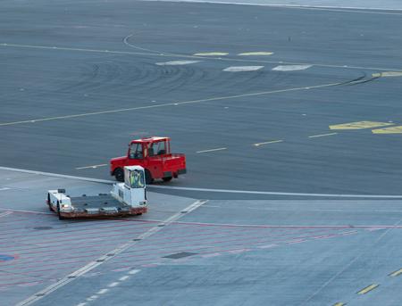 Foto de Airplane handling at a gate at Hamburg airport - Imagen libre de derechos