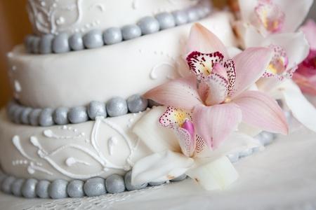 Foto de widding cake with pink flowers - Imagen libre de derechos