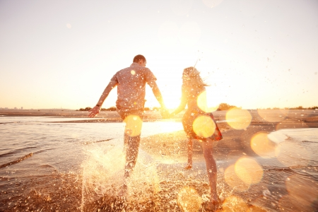 Photo pour happy couple running on the beach - image libre de droit