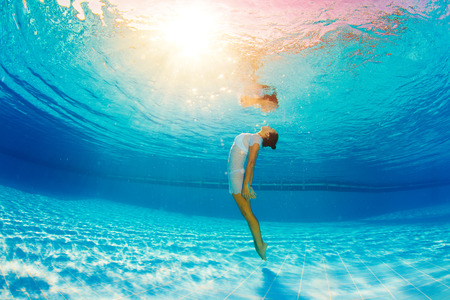 Photo pour underwater swimming and reflection in water - image libre de droit