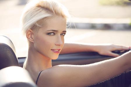 Photo pour young blond woman in the car - image libre de droit