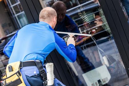 Photo pour window washer working  wash glass on building - image libre de droit