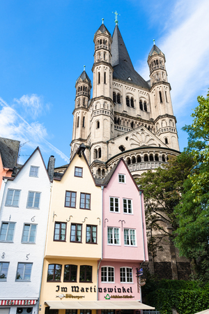 Foto de COLOGNE, GERMANY - SEPTEMBER 17, 2017: old houses on Fischmarkt square and Great St Martin Church in Cologne city. First Fish Market between Lintgasse and Muhlengasse goes back to 1100 years - Imagen libre de derechos
