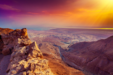 Foto de Beautiful sunrise over Masada fortress. Ruins of King Herod's palace in Judaean Desert. - Imagen libre de derechos