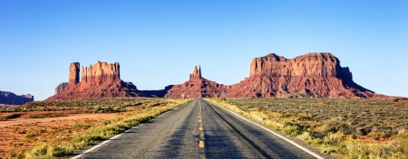 Photo pour panoramic view of long road at Monument Valley, USA - image libre de droit