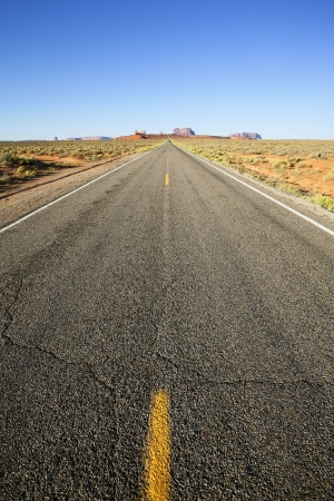 Photo pour vertical view of long american road to monument valley, USA - image libre de droit