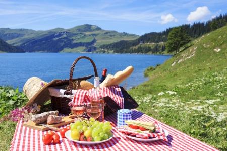 Photo pour Picnic in french alpine mountains with lake - image libre de droit