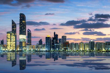 Photo pour View of Abu Dhabi Skyline at sunset, United Arab Emirates - image libre de droit