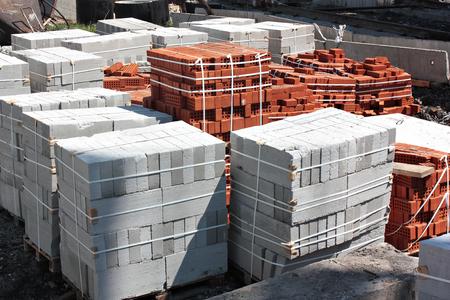 Photo pour bricks and concrete blocks in the package on a building site - image libre de droit