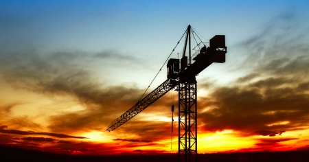 Foto de The construction crane on sunset - Imagen libre de derechos