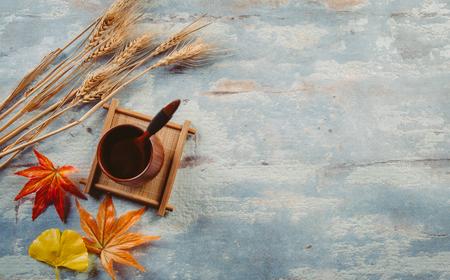 Photo pour Creative autumn tabletop placement - image libre de droit
