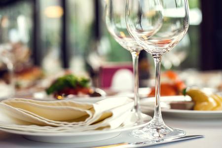 Photo pour Close up picture of empty glasses in restaurant. Selective focus. - image libre de droit