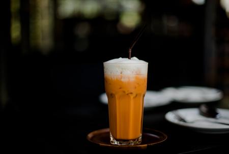 Photo pour thai iced tea with milk in the cafe - image libre de droit