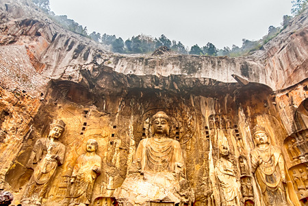 Photo pour LUOYANG, CHINA - OCTOBER 28: Visitors at Longmen grottoes on October 28, 2007.It is one of the four notable grottoes in Luoyang,Henan,China . - image libre de droit