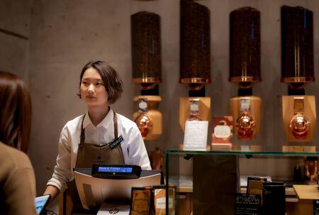 Foto de Tokyo / Japan - JANUARY 13, 2020: The Starbucks Reserve Roastery in Tokyo. The biggest Starbucks in the world fifth Starbucks Reserve Roastery location - Imagen libre de derechos
