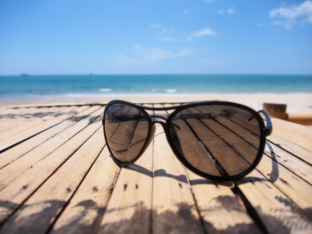 Photo pour relax in summer with sun glasses on the beach - image libre de droit