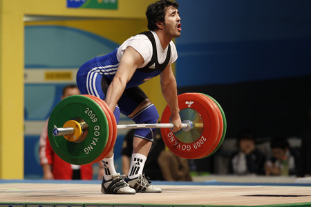 Photo pour Yusupov Sherzodjon of Uzbekistan competes in the Men's 85kg Group B weightlifting snatch competition at the World Weightlifting Championship in Goyang, north of Seoul on Thursdays, November 26, 2009, South Korea. - image libre de droit
