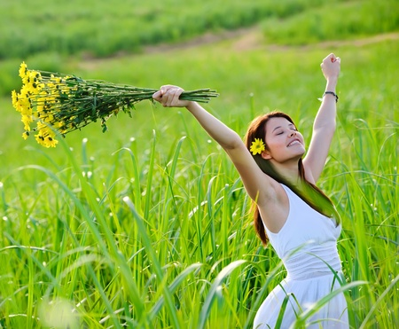 Photo pour Carefree adorable girl with arms out in field. summer freedom andjoy concept. - image libre de droit