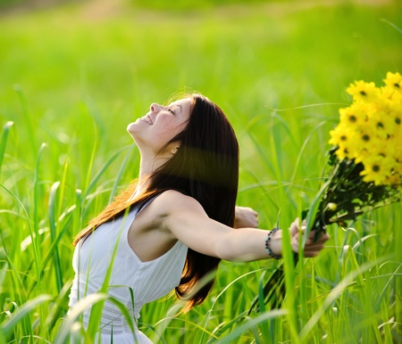 Foto de Carefree adorable girl with arms out in field. summer freedom andjoy concept. - Imagen libre de derechos