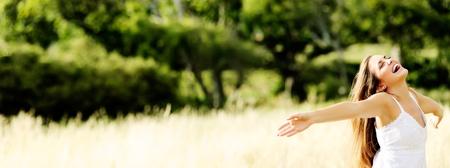Foto de young girl dances in a field in summertime having fun - Imagen libre de derechos