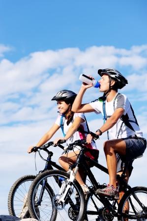 Foto de Cyclist drinking water to ensure hydration and to quench thirst.  - Imagen libre de derechos